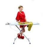 Vestiti rivestenti di ferro della donna con un mouse del calcolatore Fotografie Stock