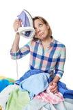 Vestiti rivestiti di ferro casalinga stanca della donna fotografia stock