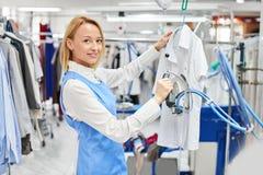 Vestiti rivestiti di ferro lavanderia del lavoratore della ragazza Immagini Stock Libere da Diritti