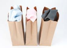 Vestiti in sacchi di carta del Brown fotografia stock libera da diritti