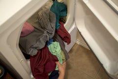 Vestiti secchi in essiccatore della casa immagini stock