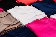 Vestiti senza marca sul bazar del distretto Immagine Stock Libera da Diritti