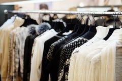Vestiti su un gancio nel negozio di vestiti Immagine Stock Libera da Diritti