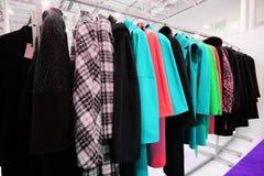 Vestiti su un gancio nel negozio di vestiti Immagini Stock Libere da Diritti