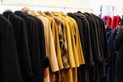 Vestiti su un gancio nel negozio di vestiti Immagini Stock