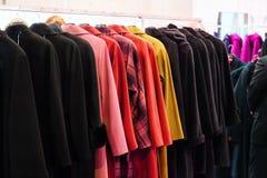 Vestiti su un gancio nel negozio di vestiti Fotografia Stock