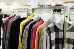 Vestiti su un gancio nel negozio di vestiti Fotografia Stock Libera da Diritti