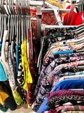 Vestiti su vendita immagine stock libera da diritti