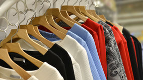 Vestiti sugli scaffali nel negozio di modo Fotografia Stock Libera da Diritti