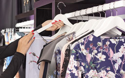 Vestiti sui ganci nel boutique di modo Fotografia Stock Libera da Diritti