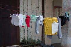 Vestiti sul Clothesline Fotografie Stock Libere da Diritti