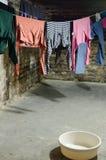 Vestiti sulla corda da bucato Fotografie Stock