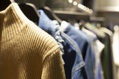 Vestiti sullo scaffale dell'abbigliamento Fotografia Stock Libera da Diritti