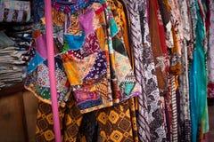 Vestiti tradizionali del batik dal deposito dell'Indonesia in malioboro di jogja fotografia stock libera da diritti