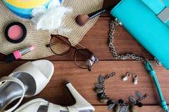 Vestiti, trucco ed accessori della donna su fondo di legno Fotografia Stock Libera da Diritti