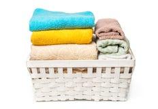 Vestiti in un canestro di legno della lavanderia su fondo bianco fotografie stock libere da diritti