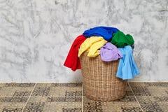 Vestiti in un cestino di lavanderia immagini stock libere da diritti