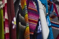 Vestiti variopinti al mercato Fotografia Stock Libera da Diritti