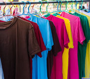 Vestiti variopinti che si asciugano sulla linea di lavaggio Immagini Stock