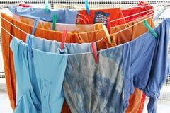 Vestiti variopinti della lavanderia fotografia stock libera da diritti