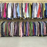 Vestiti variopinti in un deposito della seconda mano Fotografia Stock Libera da Diritti