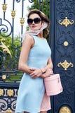 Vestito alla moda da bella della donna usura bionda sexy di trucco breve Immagine Stock