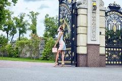 Vestito alla moda da bella della donna usura bionda sexy di trucco breve Fotografie Stock Libere da Diritti