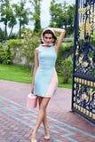 Vestito alla moda da bella della donna usura bionda sexy di trucco breve Fotografia Stock