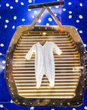 Vestito alla moda del pagliaccetto sul gancio di legno in fashi dell'alta società di lusso Fotografia Stock