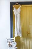 Vestito bianco che appende sul piolo Fotografia Stock Libera da Diritti