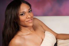 Vestito bianco d'uso dalla bella donna di colore afroamericana sexy fotografie stock