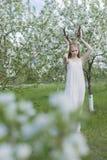 Vestito bianco d'uso dalla bella ragazza bionda teenager con i corni o dei cervi Fotografia Stock