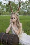 Vestito bianco d'uso dalla bella ragazza bionda teenager con i corni o dei cervi Immagine Stock Libera da Diritti
