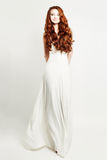 Vestito bianco d'uso dalla donna affascinante della testarossa Fotografie Stock Libere da Diritti