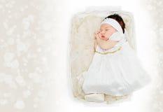 Vestito bianco d'uso dalla merce nel carrello della ragazza di neonato Immagini Stock