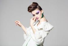 Vestito bianco d'uso e pelliccia dal bello ritratto della donna immagine stock libera da diritti