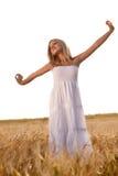 Vestito bianco da portare dalla donna bionda sul campo fotografia stock libera da diritti