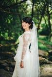 Vestito bianco dalla bella sposa nella foresta Fotografia Stock