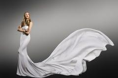 Vestito bianco dalla donna, modello di moda in abito sexy di seta d'ondeggiamento lungo fotografia stock