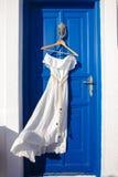 Vestito bianco sulla porta blu in casa greca Fotografia Stock
