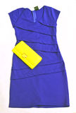 Vestito blu con il portafoglio giallo Immagine Stock Libera da Diritti