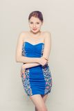 Vestito blu dal bello fondo grigio della donna giovane Immagine Stock Libera da Diritti