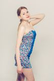 Vestito blu dal bello fondo grigio della donna giovane Immagini Stock Libere da Diritti