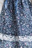Vestito blu dal vecchio tessuto con la stampa floreale fotografia stock