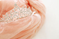 Vestito chiffon rosa d'annata di Tulle e diadema del diamante sulla tavola bianca di legno Nozze e girl& x27; concetto del partit fotografie stock libere da diritti
