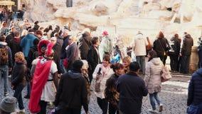 Vestito come i gladiatori intrattengono i turisti vicino alla fontana di Trevi a Roma video d archivio