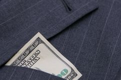 Vestito con soldi in casella Fotografie Stock Libere da Diritti