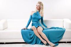 Vestito d'uso da eleganza della bella e donna sexy Fotografia Stock