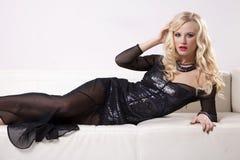 Vestito d'uso da eleganza della bella e donna sexy Fotografie Stock Libere da Diritti