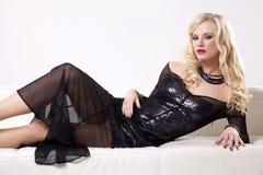 Vestito d'uso da eleganza della bella e donna sexy Fotografie Stock